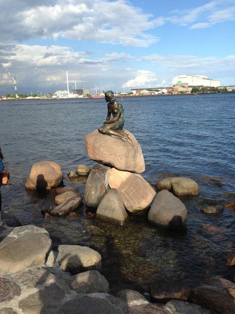 La sirenita de Copenhague y su novio